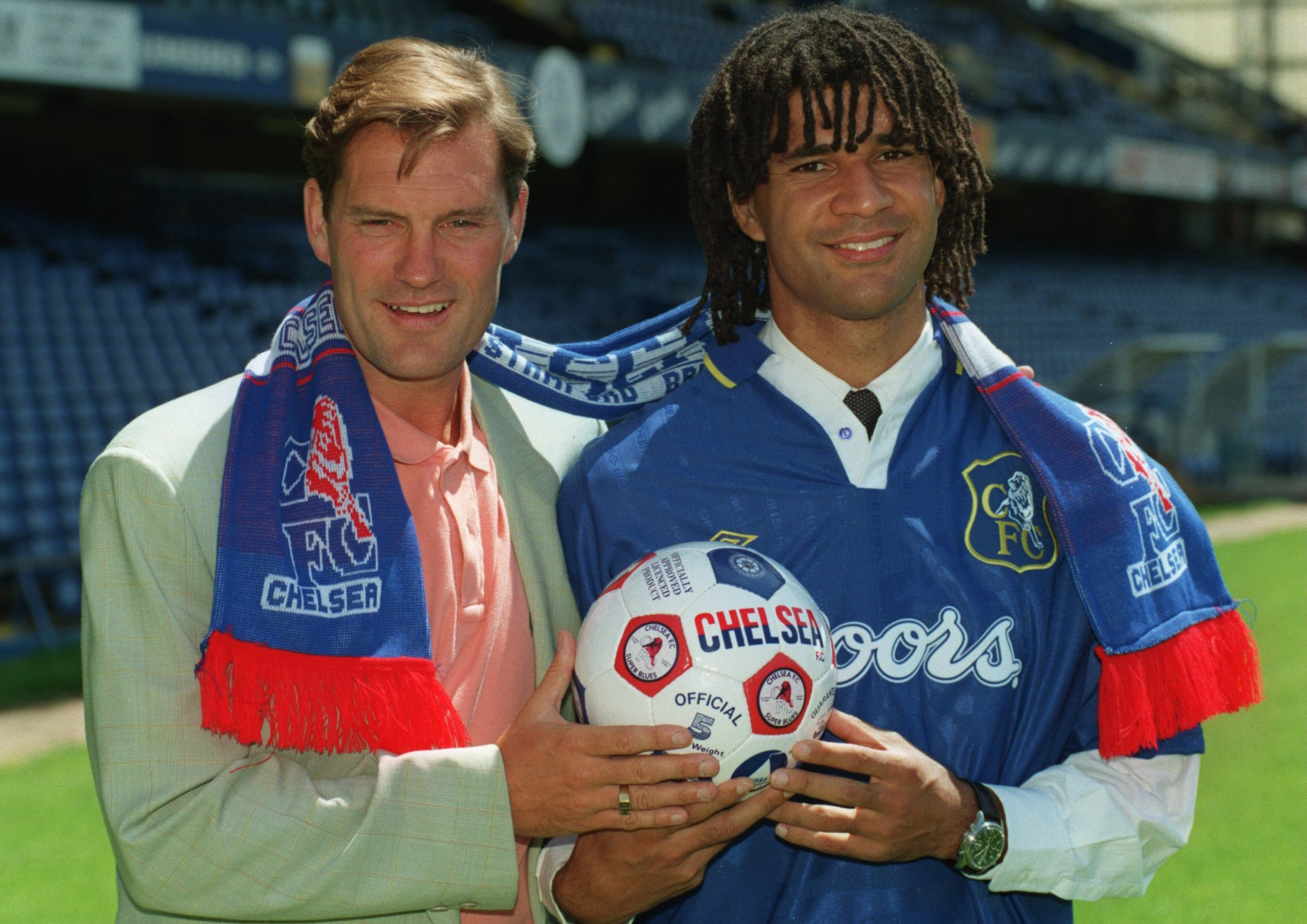 online store 31232 ac753 Snapshot Classic – Glenn Hoddle signs Ruud Gullit for ...