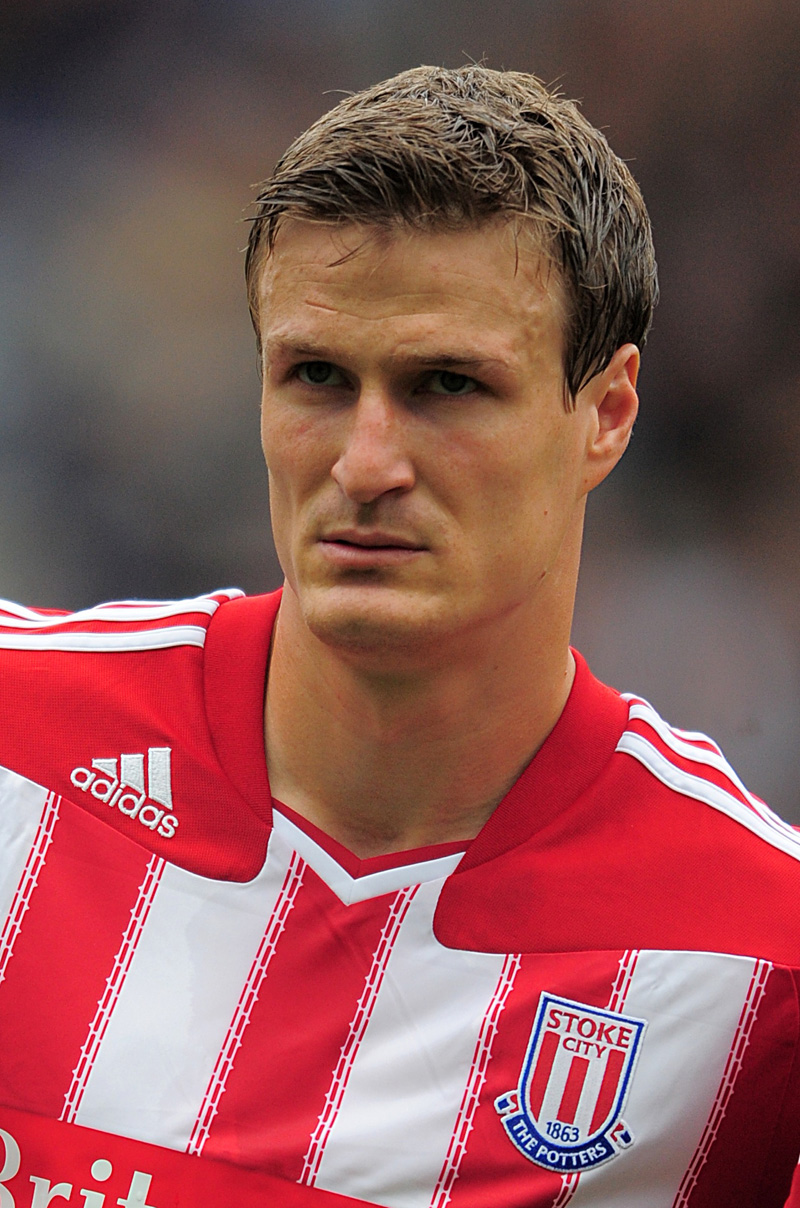 Robert Huth delivers worst free kick of all time (Video)