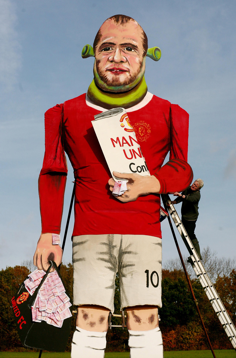 pa-photos_t_wayne-rooney-50ft-effigy-guy-fawkes-bonfire-night-pictures-0311a