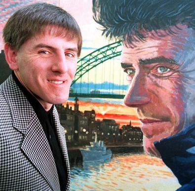 Football Flashback: Peter Beardsley admires Kevin Keegan mural