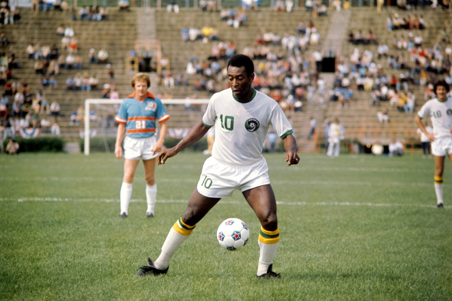 retro soccer 15 brilliant photos of the new york cosmos starring pele and cruyff who ate all. Black Bedroom Furniture Sets. Home Design Ideas