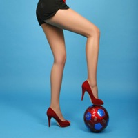 Freestyle Football Babe Does Keepy-Ups In High Heels (Video)