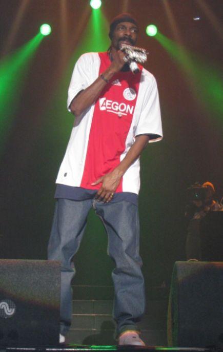 Rapper craps on stage