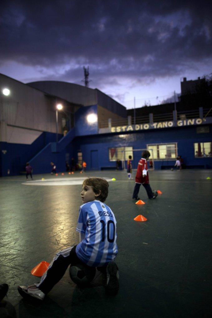 Дети играют в футбол в передней части