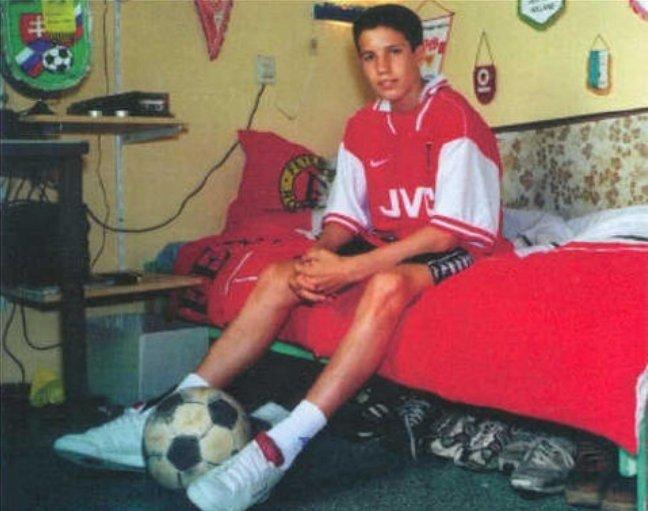 buy popular 9596d 6898d Snapshot: Young Robin Van Persie Poses In His Arsenal Shirt ...
