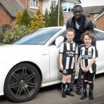 Papiss Cisse Thanks Welcoming Four-Year Old Newcastle Fan With Surprise Home Visit – Given Easter Bunny For His Troubles