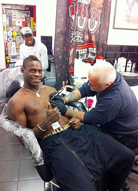 Mario Balotelli in image ready for a new tattoo on the body