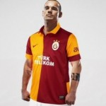 Wesley Sneijder Gets Standard Turkish Welcome From Galatasaray Fans, Makes Mistake Of Popping Head Through Sunroof! (Video)