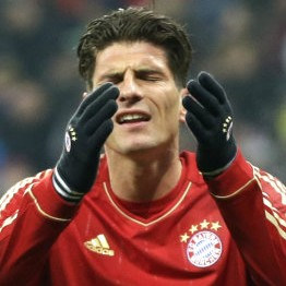 Mario Gomez's Little Knee Slide Goal Celebration FAIL vs Barcelona (Video)