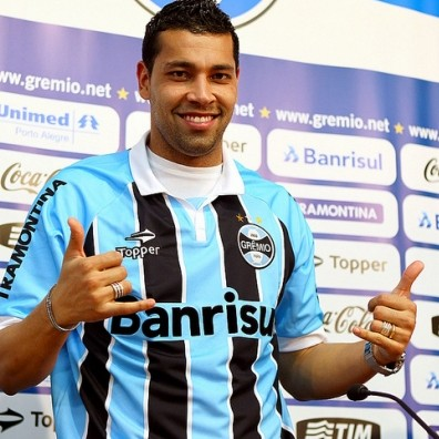 Arsenal Legend Andre Santos Entrusted With Important Penalty, Skies It Into Stratosphere vs Juventude (Video)