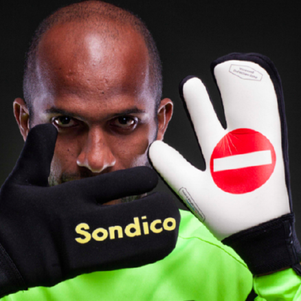Ali Al-Habsi Debuts Strange 'Webbed' Goalie Gloves, Designed Especially For FA Cup Final Penalty Shoot-Out (Photo)