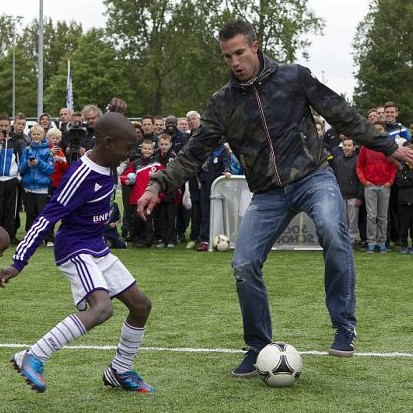 Robin Van Persie Freestyles The Bloody Bejesus Out Of Three Little Kids At Charity Tournament (Video)