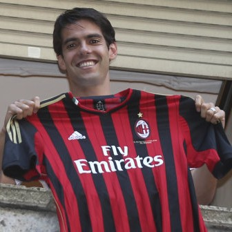 Kaka Emerges From Restaurant To Greet Ecstatic AC Milan Fans, Given Rapturous Street Serenade (Video)