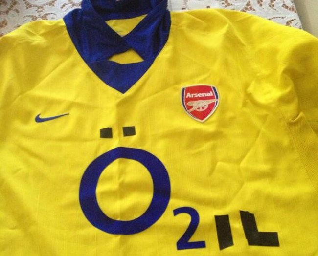 108dc06c05f Snapshot  Crafty Arsenal Fan Recycles Old Away Shirt Into Özil ...