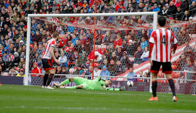 Sunderland's Vito Mannone spills the shot from Everton's Gerard Deulofeu