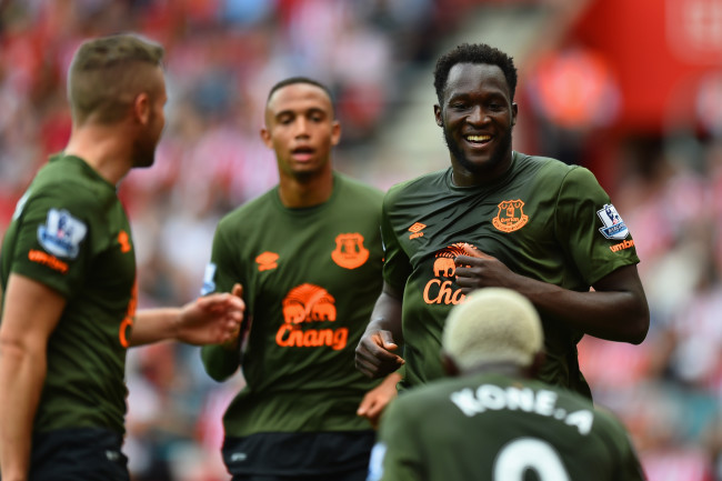 SOUTHAMPTON, ENGLAND - AUGUST 15: Romelu Lukaku of Everton celebrates scoring his team's first goal with his team mates during the Barclays Premier League match between Southampton and Everton at St Mary's Stadium on August 15, 2015 in Southampton, United Kingdom.  (Photo by Christopher Lee/Getty Images)