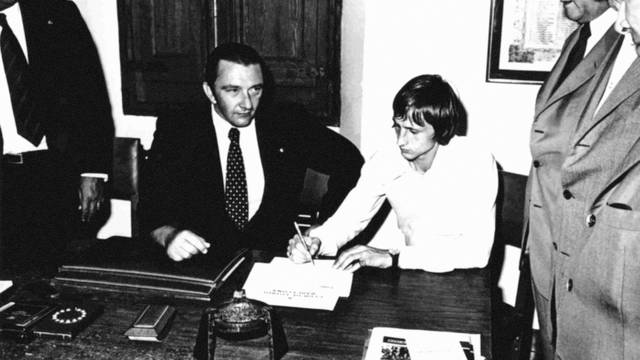 cruyff-debut-barcelona-contract