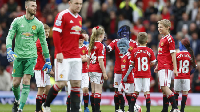 "Britain Football Soccer - Manchester United v AFC Bournemouth - Barclays Premier League - Old Trafford - 17/5/16 Manchester United's Wayne Rooney and David De Gea with mascots before the game Action Images via Reuters / Carl Recine Livepic EDITORIAL USE ONLY. No use with unauthorized audio, video, data, fixture lists, club/league logos or ""live"" services. Online in-match use limited to 45 images, no video emulation. No use in betting, games or single club/league/player publications. Please contact your account representative for further details. - RTSEQ6Y"