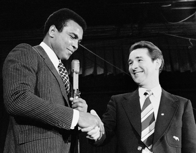 U.S. boxer Muhammad Ali shakes hands with British football manager Brian Clough during Ali's news conference in New York in 1974. (AP Photo)