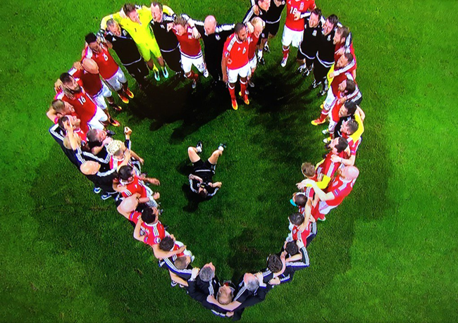wales-victory-huddle-heart