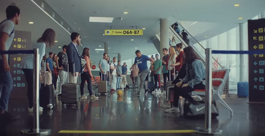 tabaco escala Dominante  20 Years On, Ronaldo Returns To 'The Airport' To Recreate Scene From  Classic 1998 Nike World Cup Advert (Video)   Who Ate all the Pies